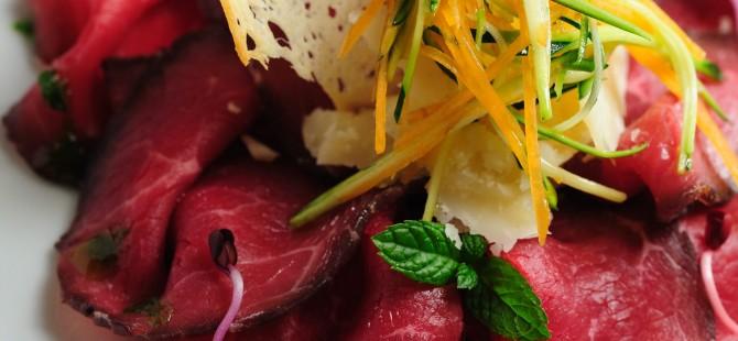 Carne salada trentina con verdure croccanti